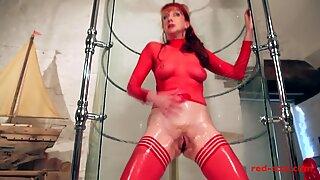 Cougar red enfonce un godemiché dans sa chatte tout en prenant une douche