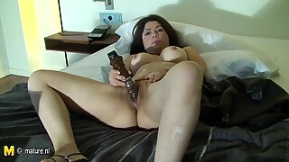Kinky amateur mom loves to get naughty